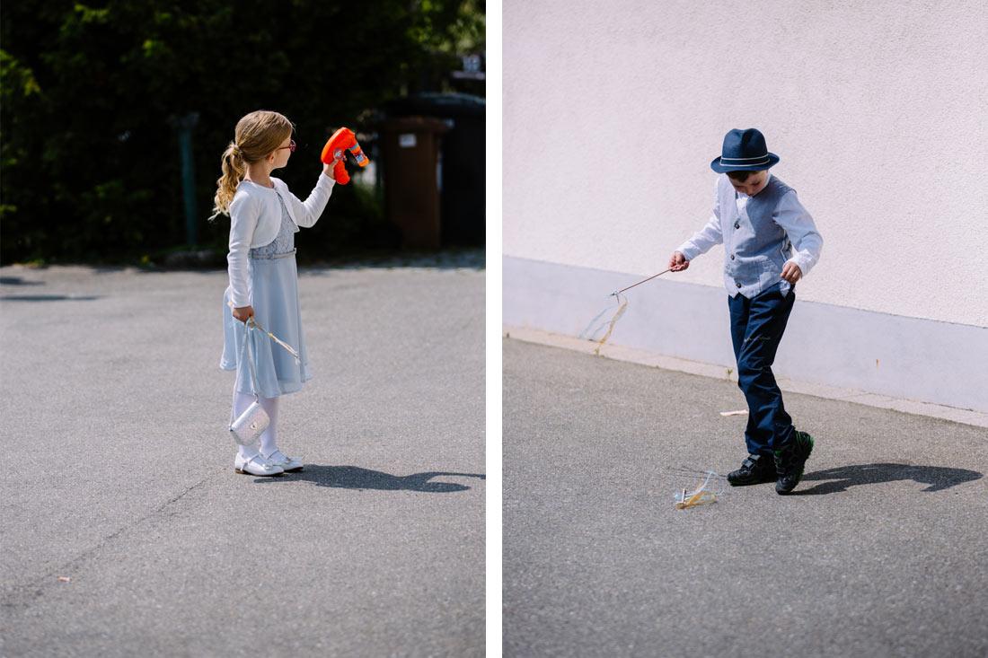 Kinder spielen beim Sektempfang