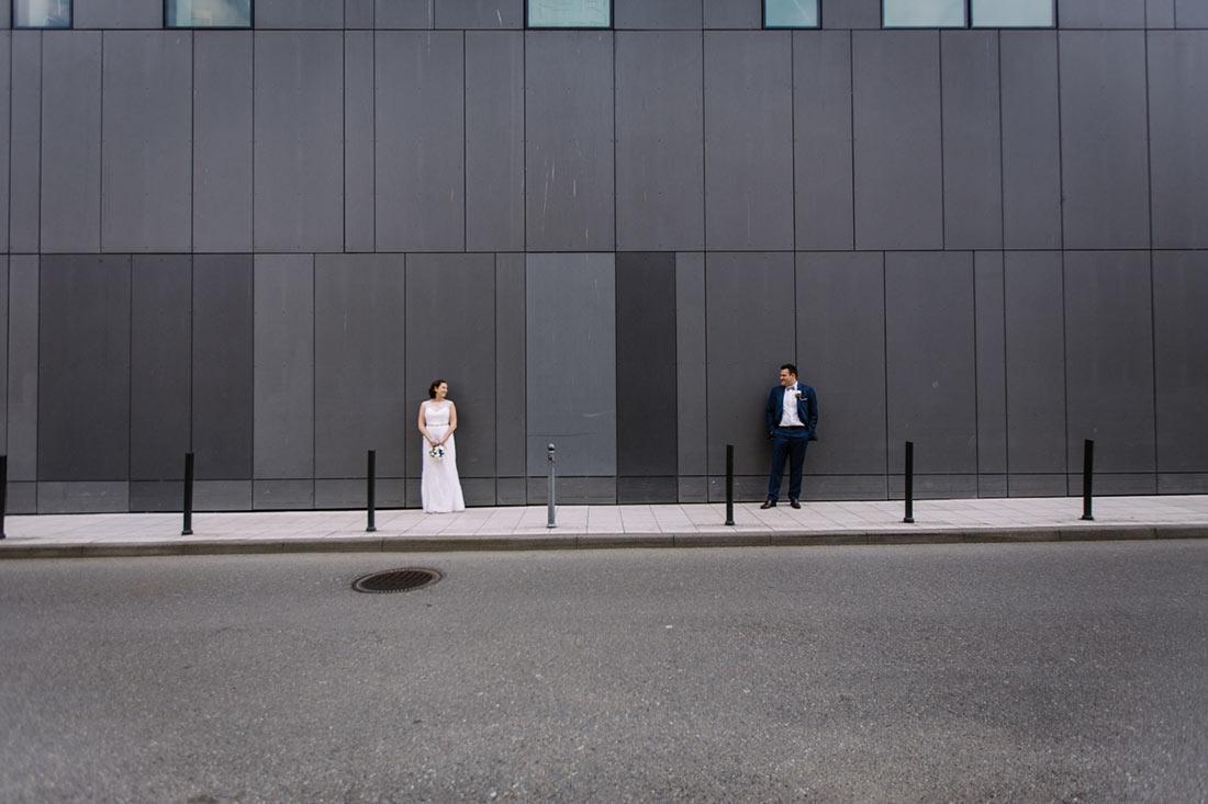 Hochzeitspaar vor cooler Fassade