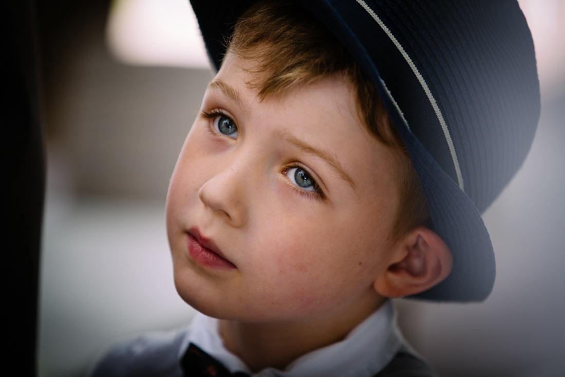 Schönes Portrait eines Jungen mit Hut