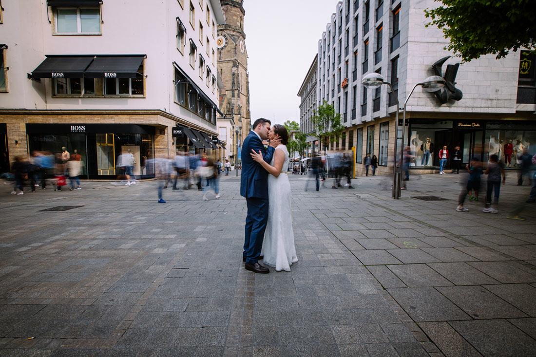 Hochzeitspaar küsst sich auf der Königstraße
