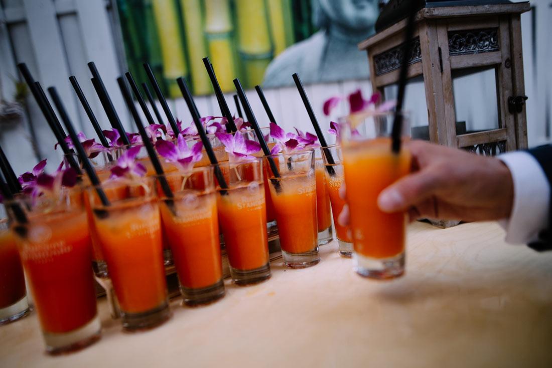 Gast greif nach einem Cocktail