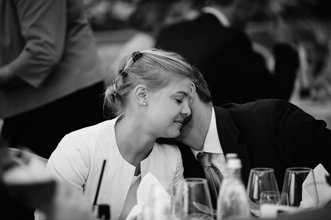 Intimer Moment zwischen Hochzeitsgästen