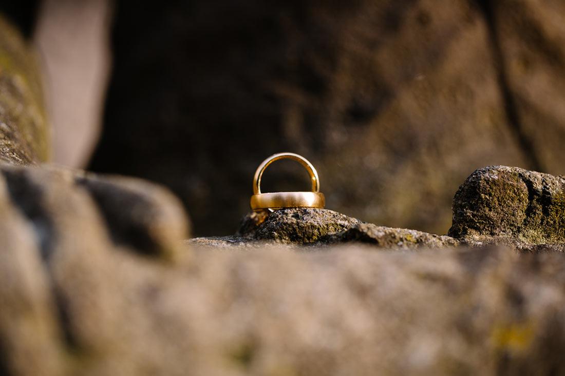 Eheringe in einer Hand aus Stein