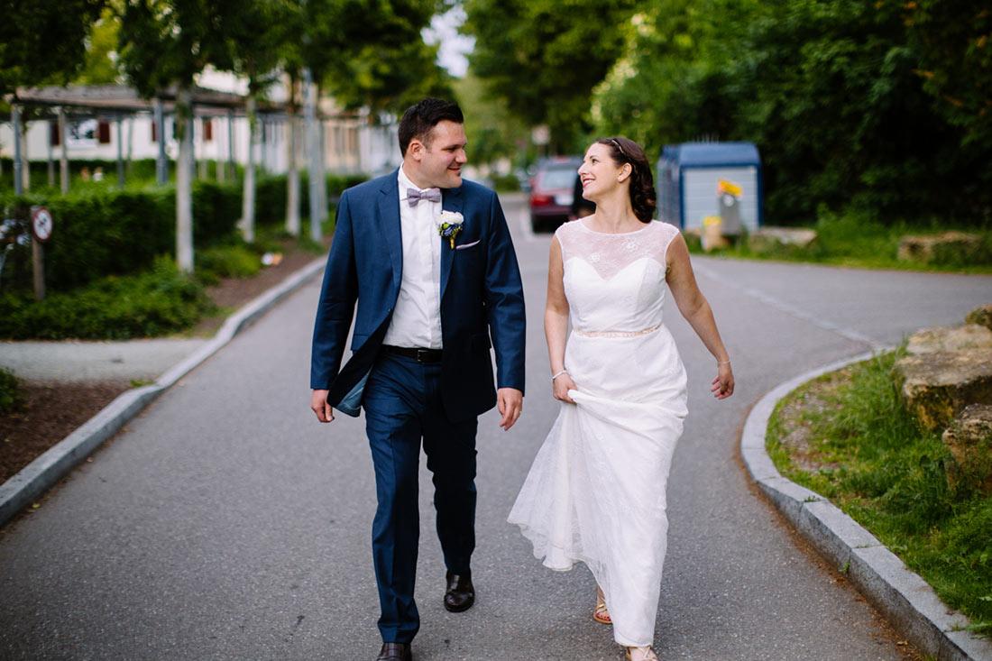 Hochzeitpaar sieht sich im Laufen an