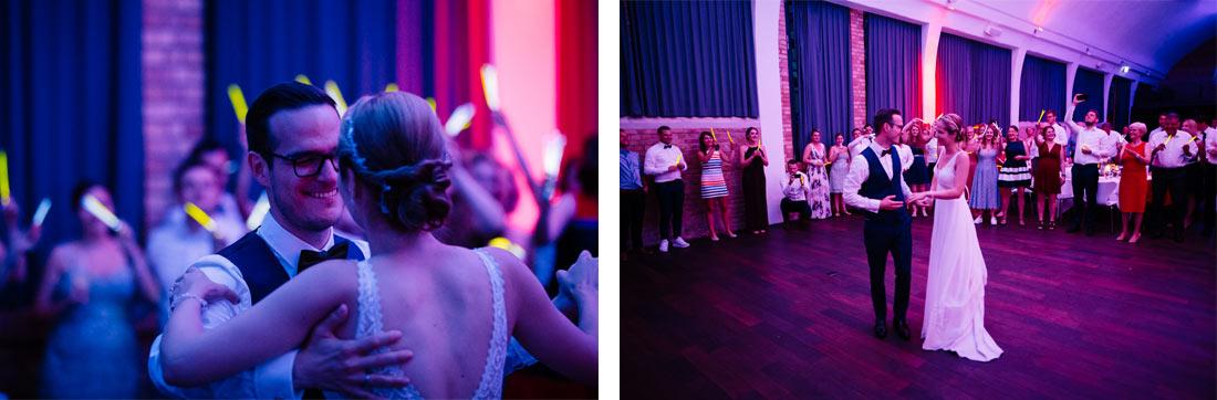 Bräutigam sieht die Braut beim Tanzen an