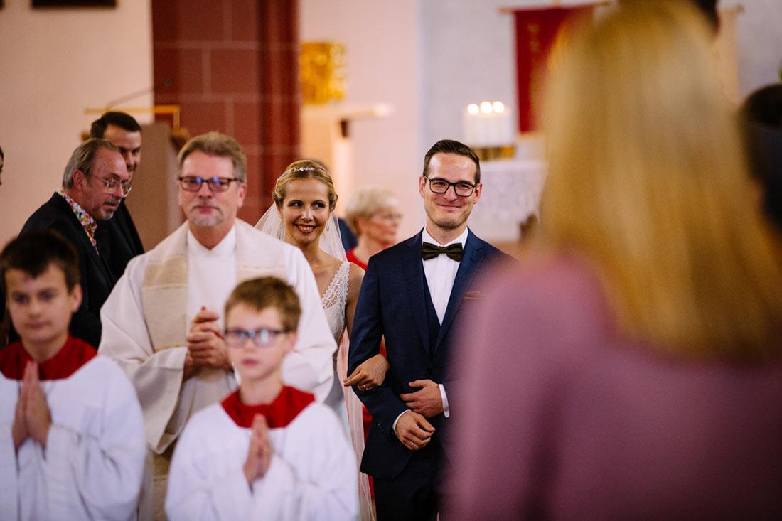 Das Paar läuft aus der Kirche
