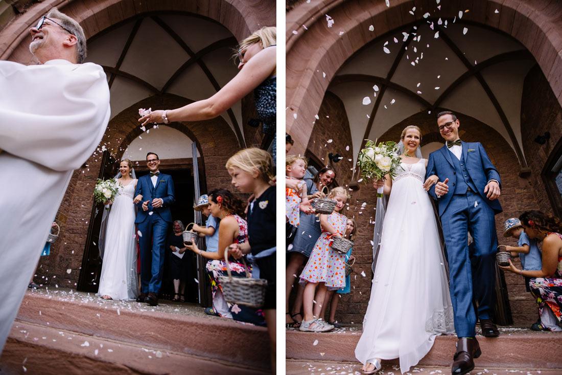 Blütenregen für das Brautpaar