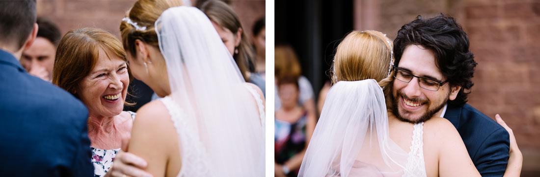 Intesive Umarmung der Braut