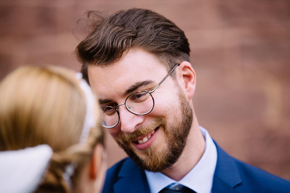 Gast lächelt die Braut an