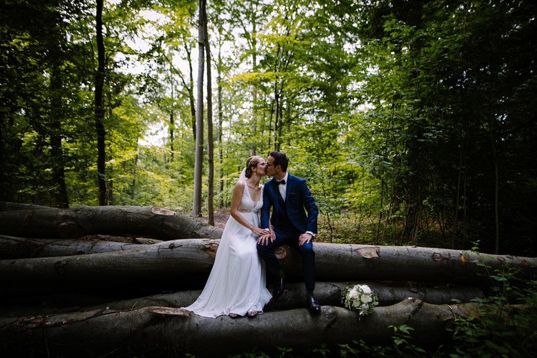 Paar auf Baumstämmen