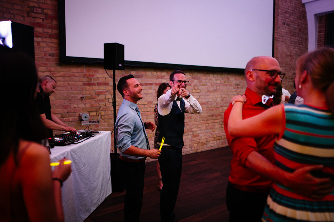 Bräutigam zeigt in die Kamera