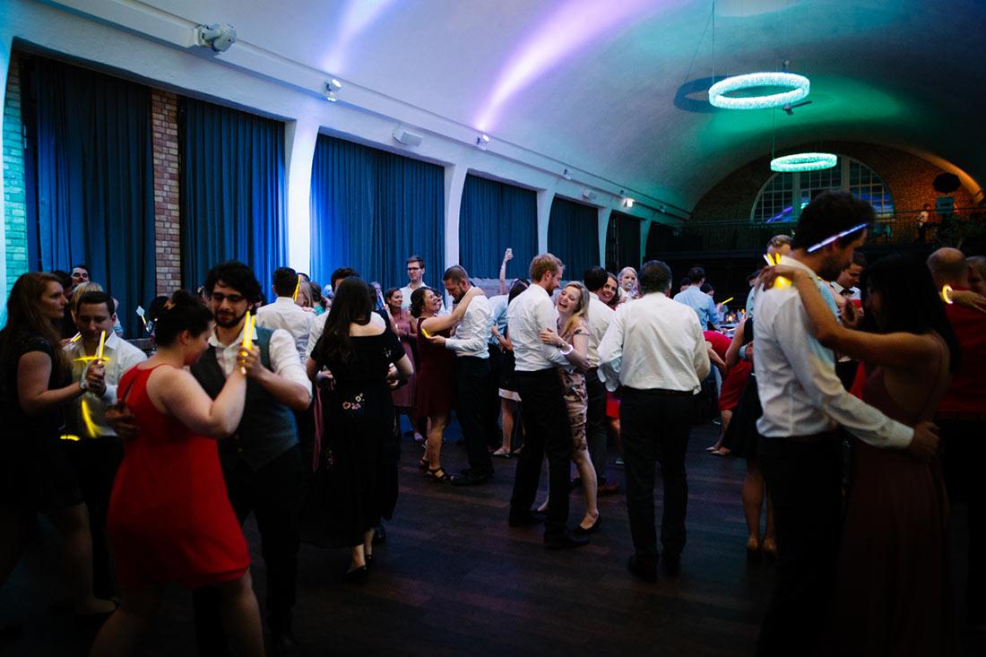 Gäste stürmen die Tanzfläche