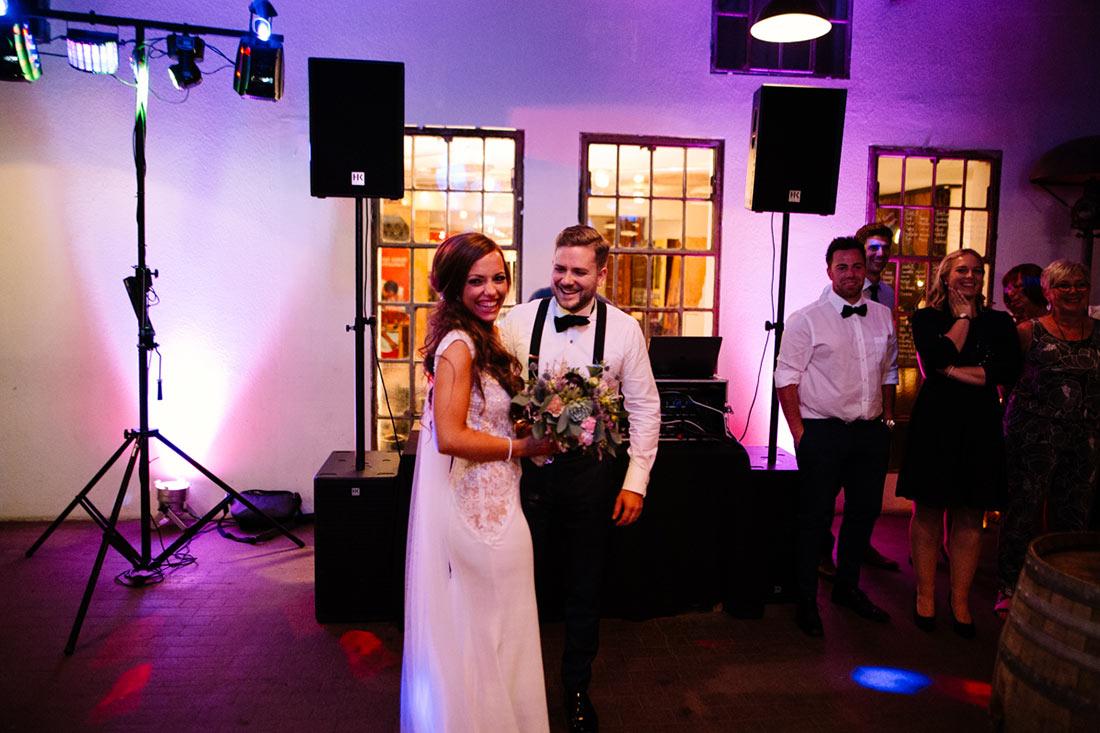 Glückliches Brautpaar am Abend