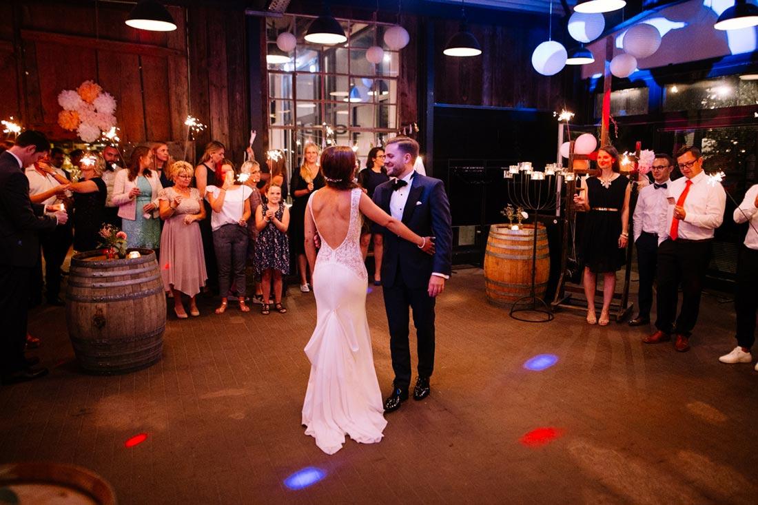 Paar beginnt mit dem Hochzeitstanz