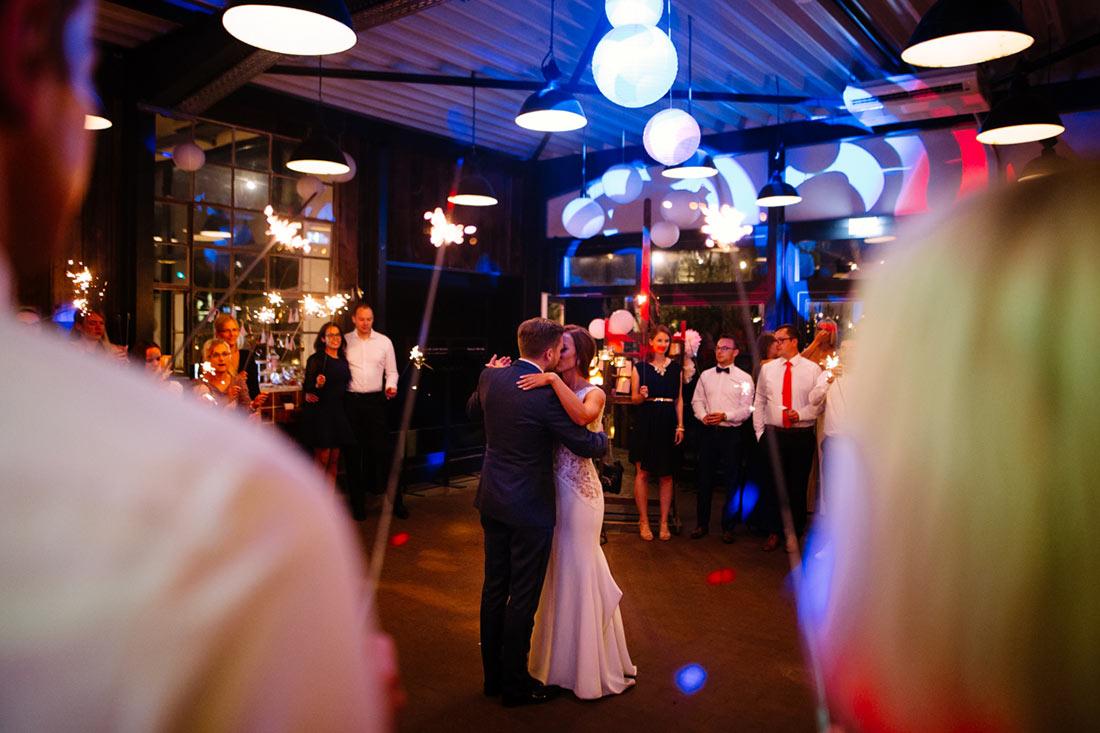 Paar küsst sich auf der Tanzfläche