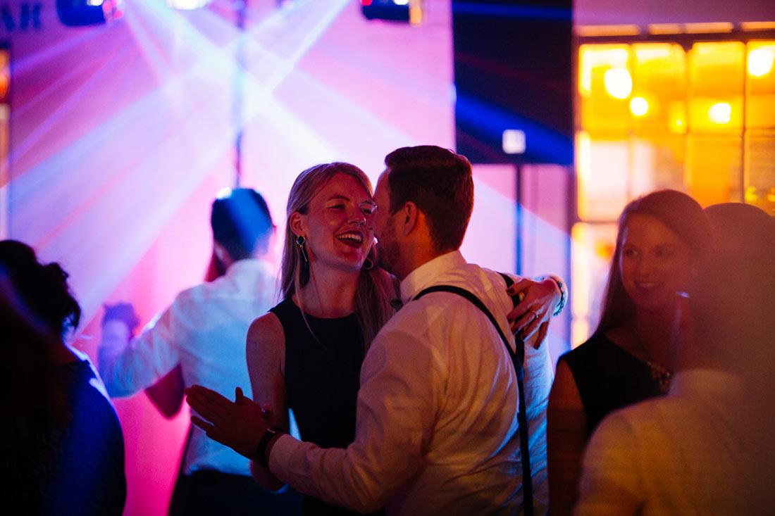 Paar hat Spaß auf der Tanzfläche