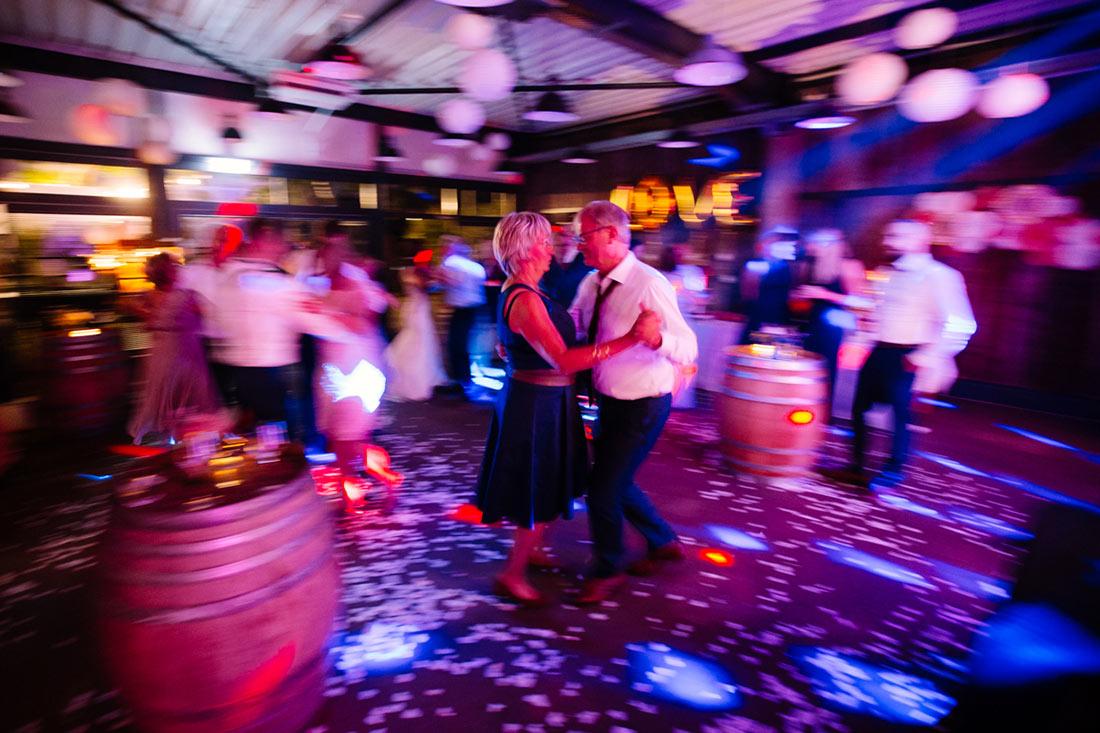 Paar tanzt auf der Tanzfläche