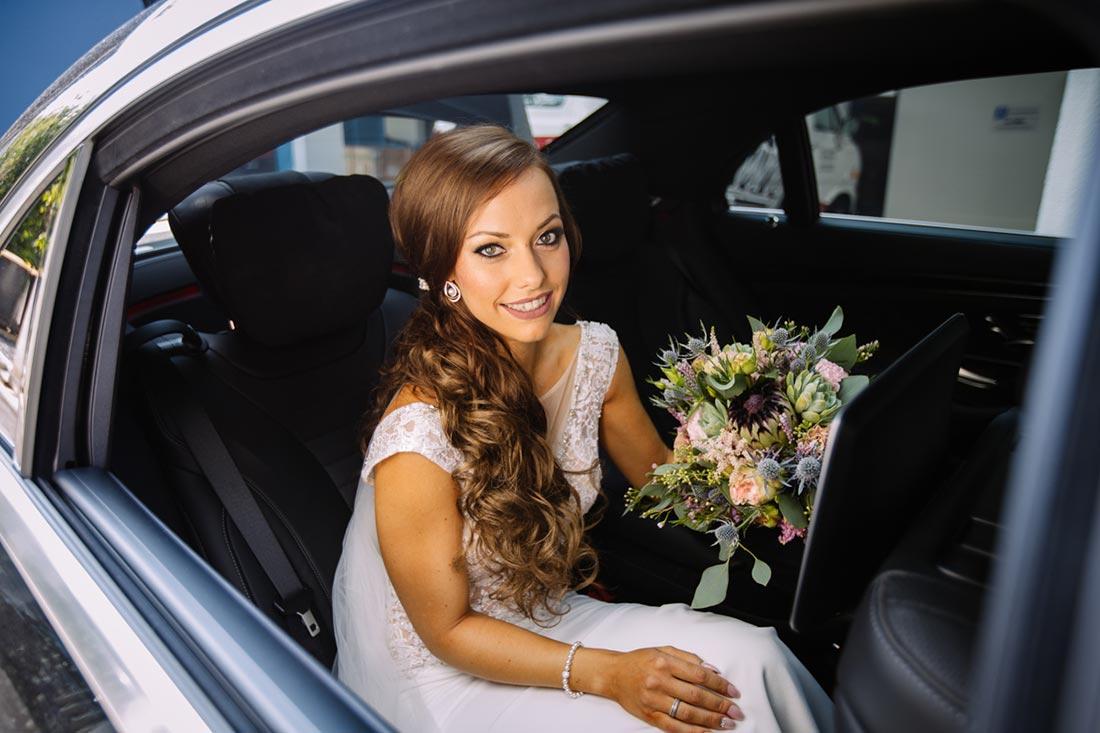 Braut wartet im Hochzeitsauto