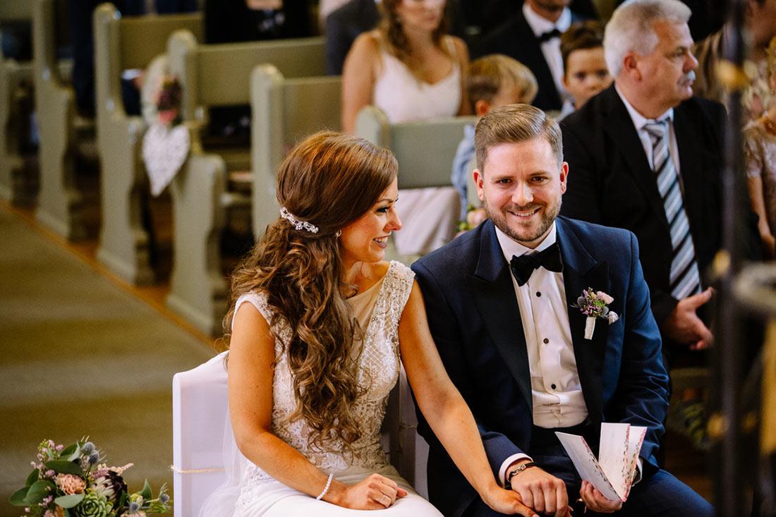 Paar lacht vor dem Altar