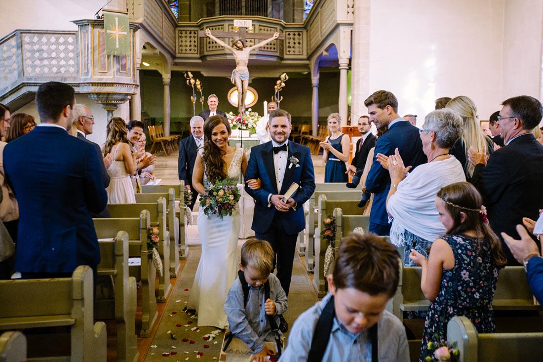 Paar zieht aus der Kirche aus