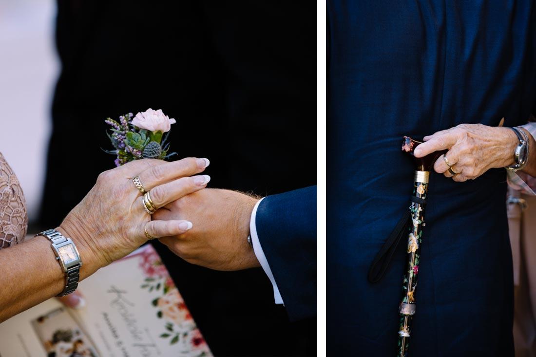 Eine Blume wird überreicht