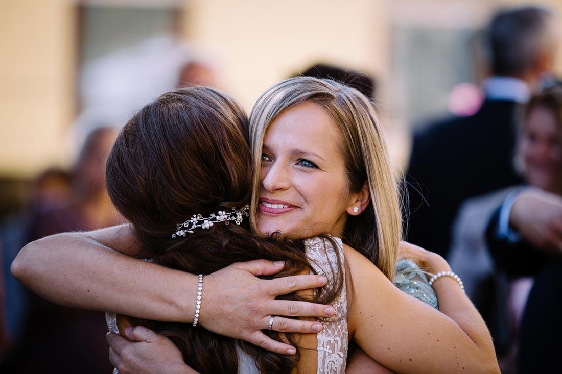Gast umarmt die Braut