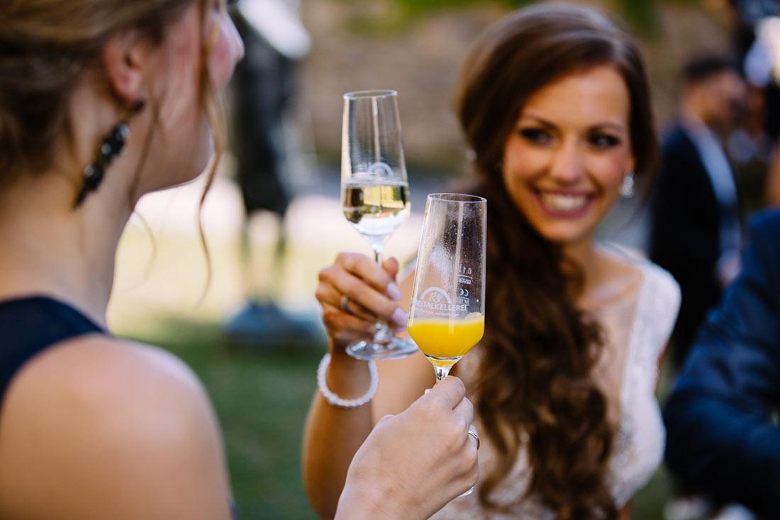 Braut stößt mit Sekt an