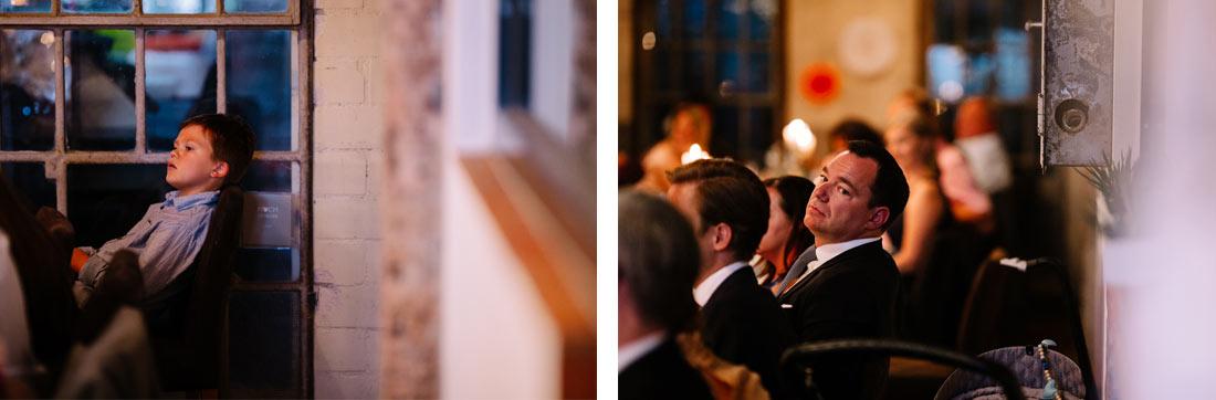 Gäste hören der Rede zu