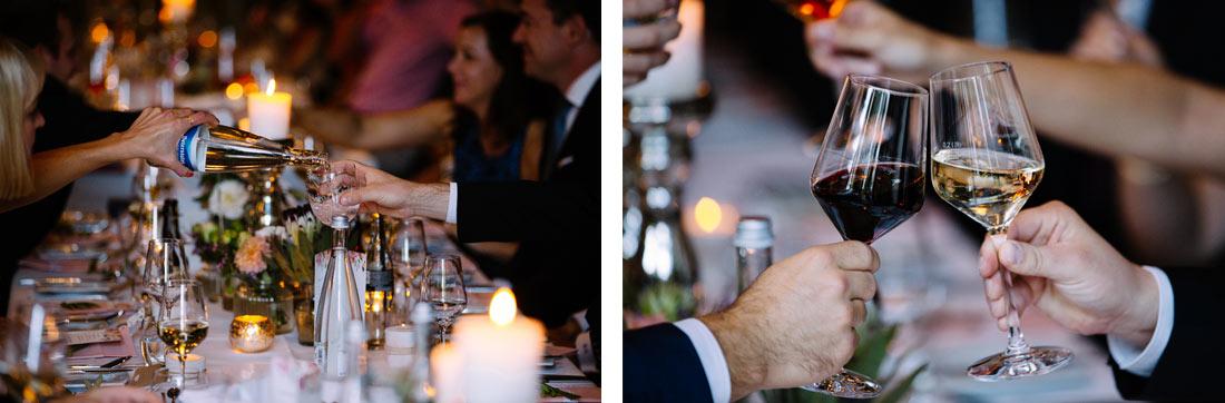 Gäste schenken sich Getränke ein