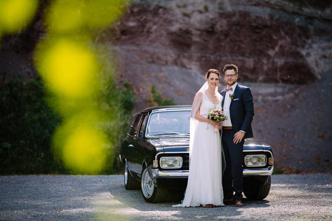 Hochzeitspaar vor Opel