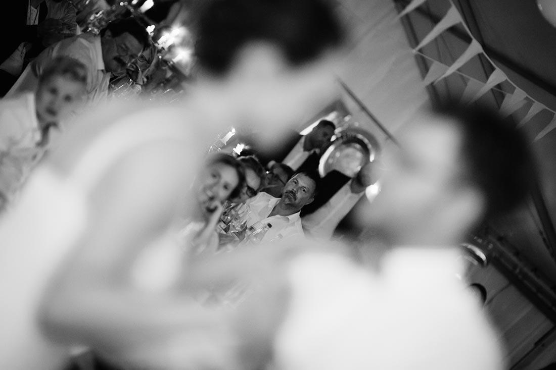 Blick durch das tanzende Paar
