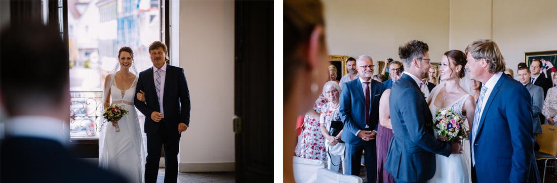 Brautvater läuft mit der Braut ein