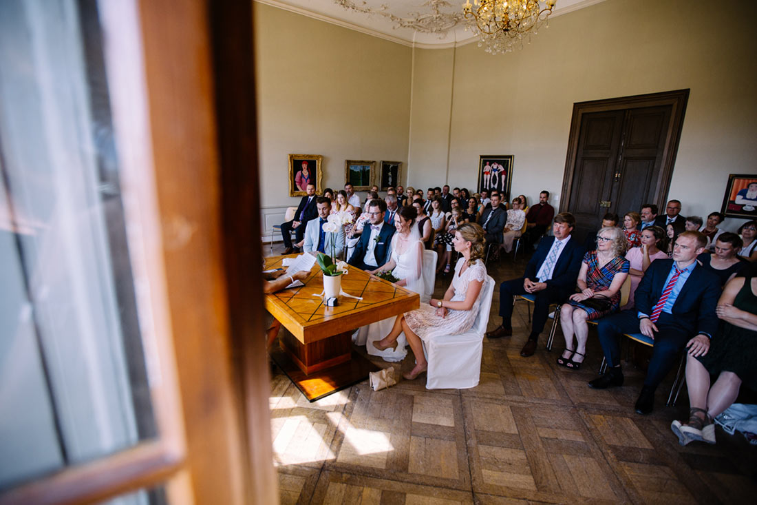 Brautpaar und die Gäste im Standesamt