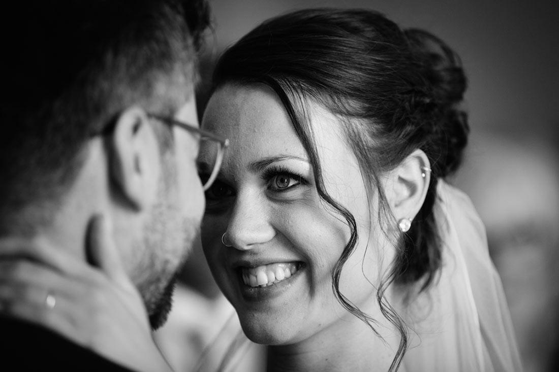 Braut schaut dem Bräutigam in die Augen