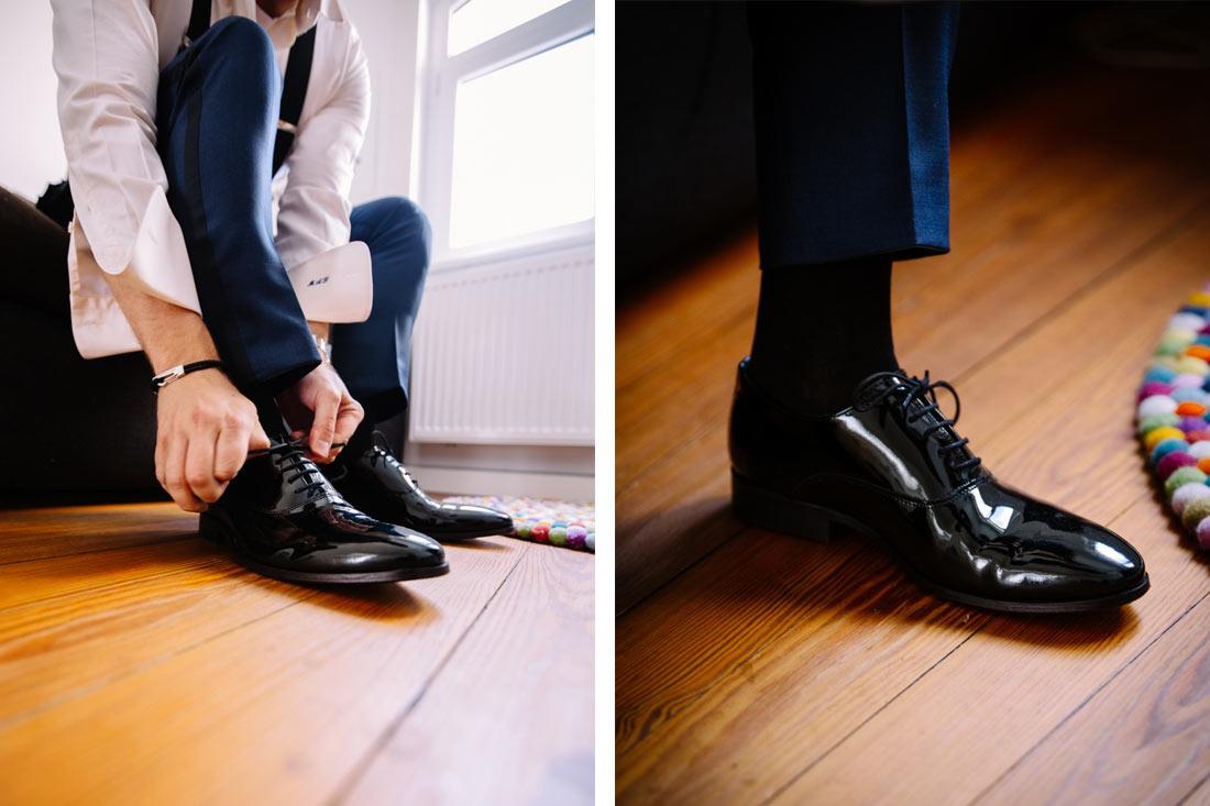 Schuhe werden gebunden