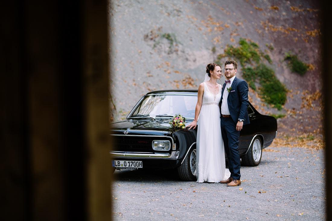Paar und ihr Hochzeitsauto