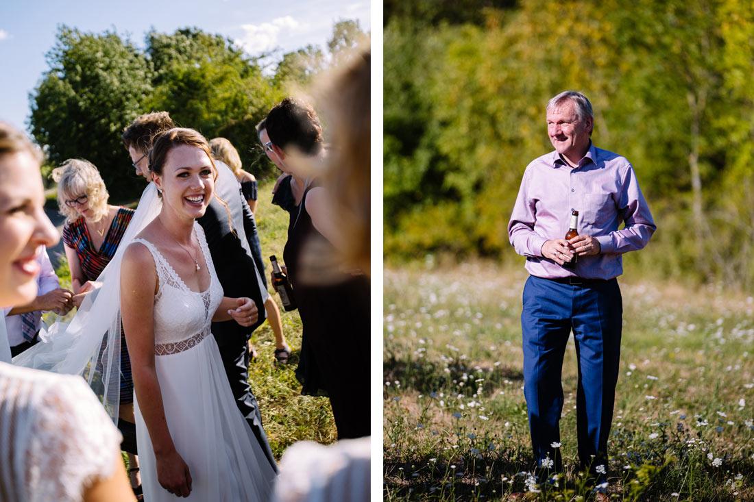 Braut freut sich zwischen Gästen
