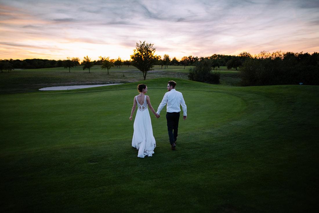 Hochzeitspaar auf dem Golfplatz
