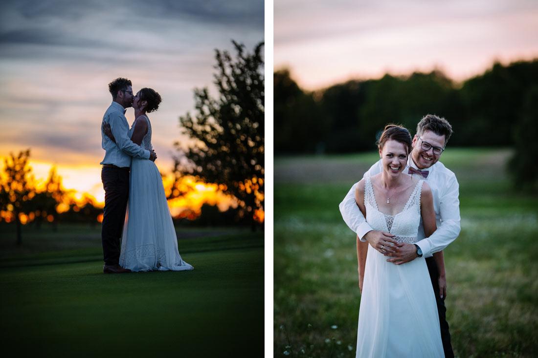 Paar küsst sich auf einem Golfplatz