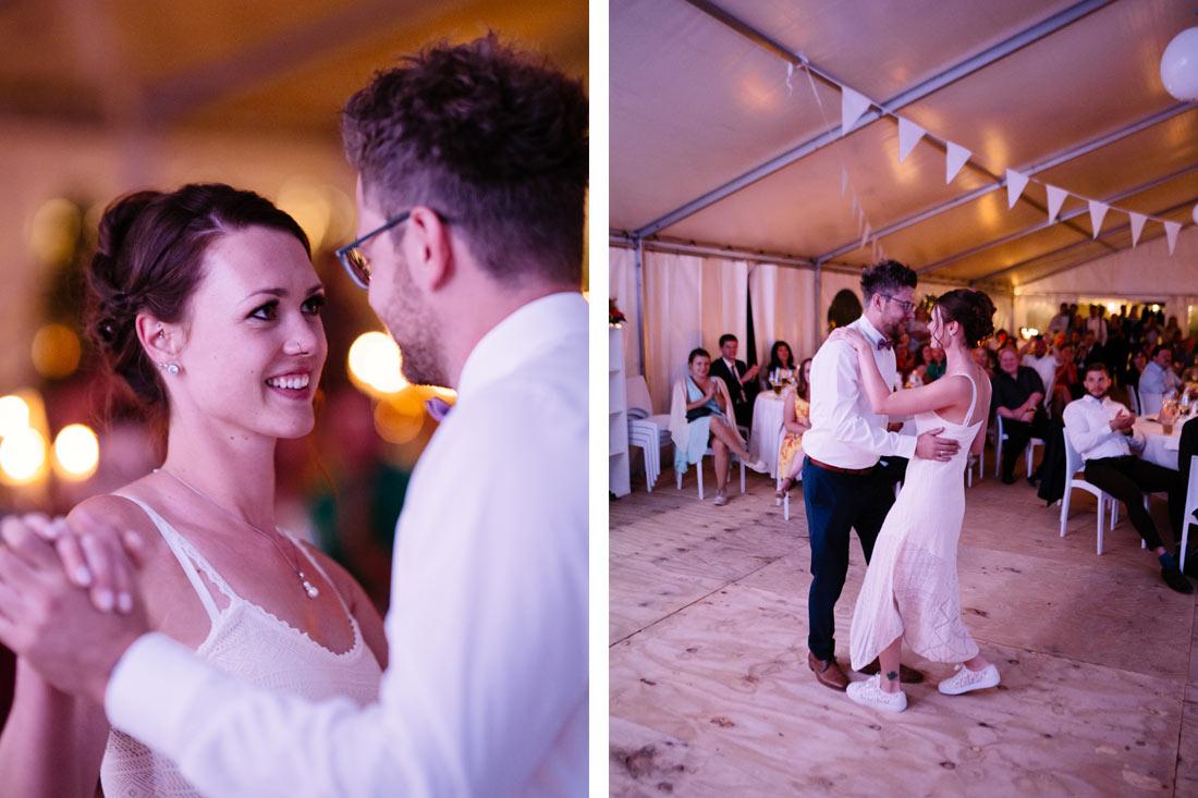 Braut schau dem Bräutigam in die Augen
