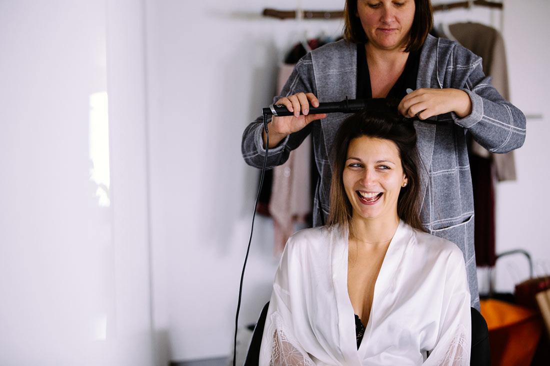 Braut werden die Haare gemacht