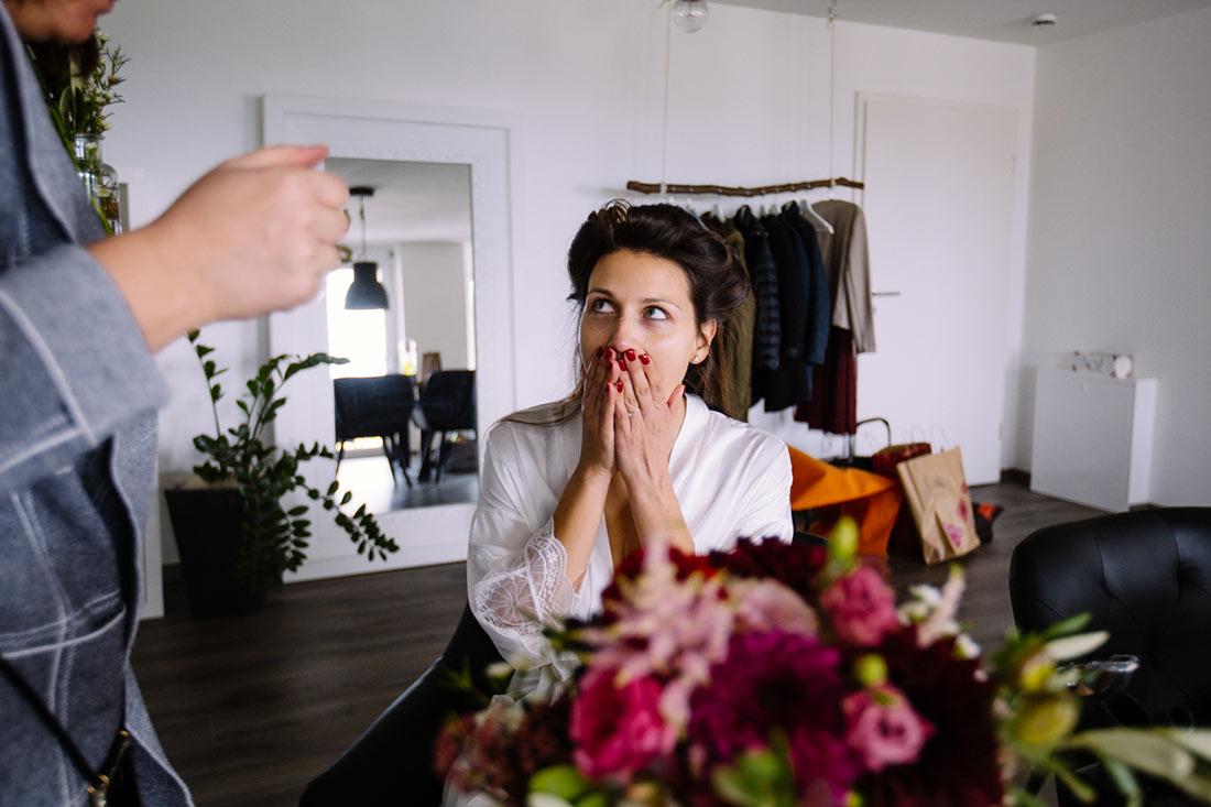 Braut freut sich über den Strauss