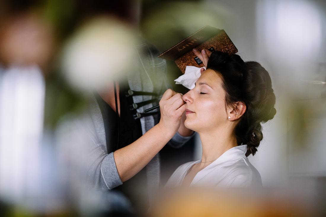 Braut bekommt ihr Make-Up