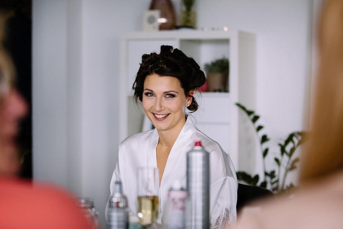 Lachende Braut am Tisch