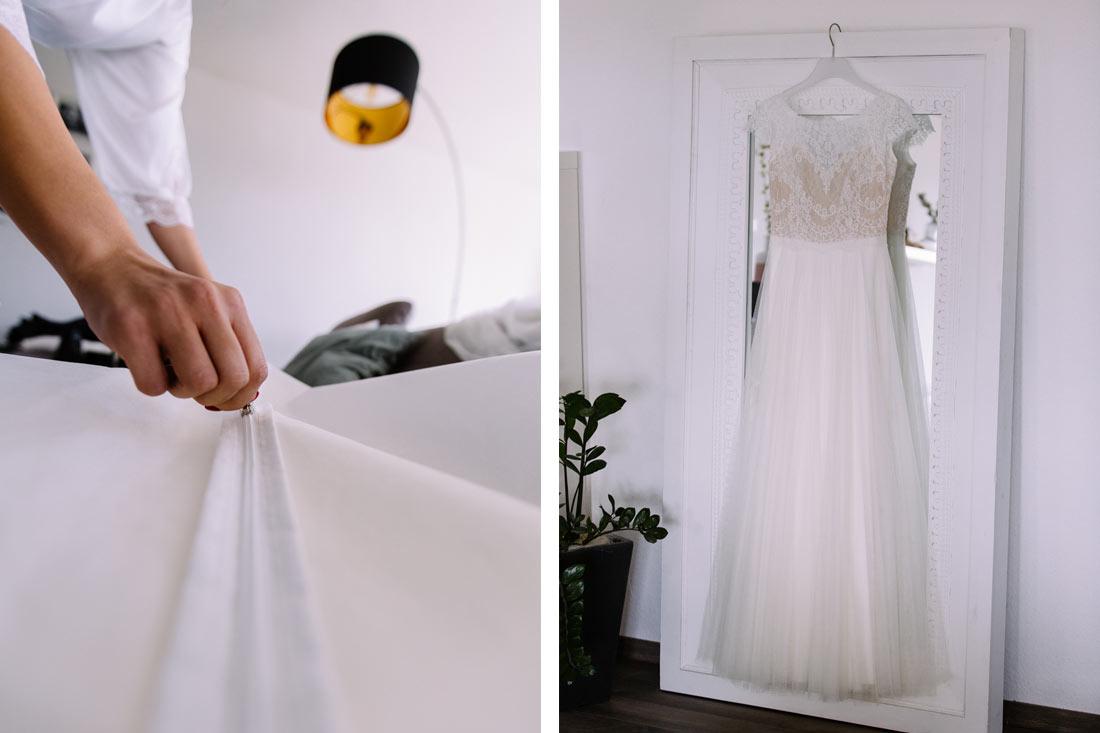 Braut packt ihr Kleid aus