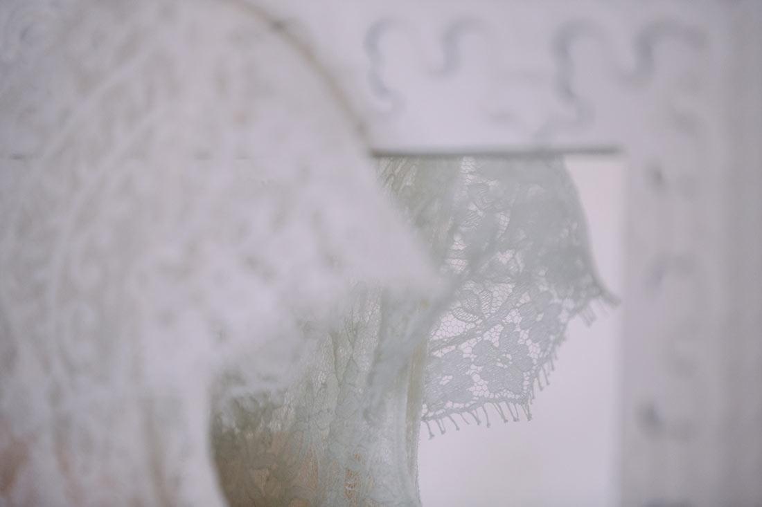 Brautkleid am Spiegel