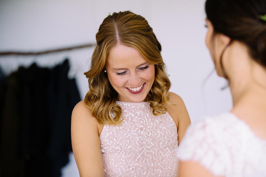 Trauzeugin bestaunt die Braut