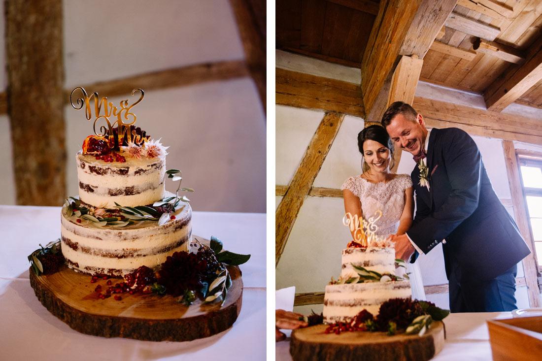 Paar schneidet die Torte an