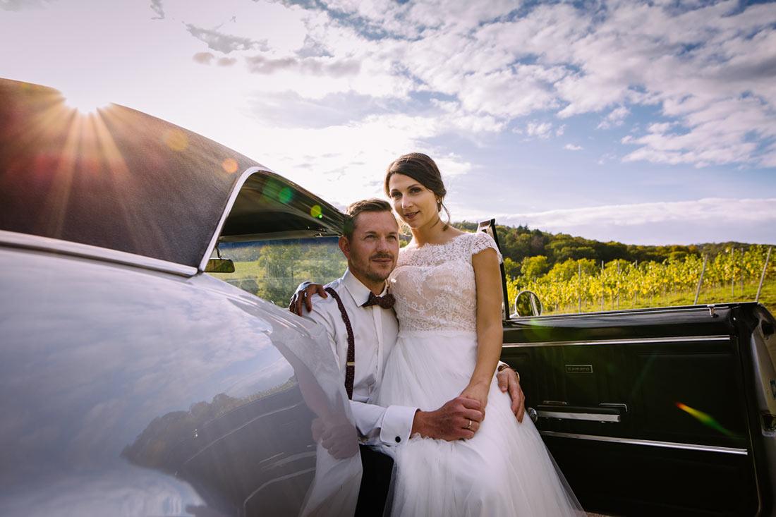 Hochzeitsfoto im Hochzeitsauto