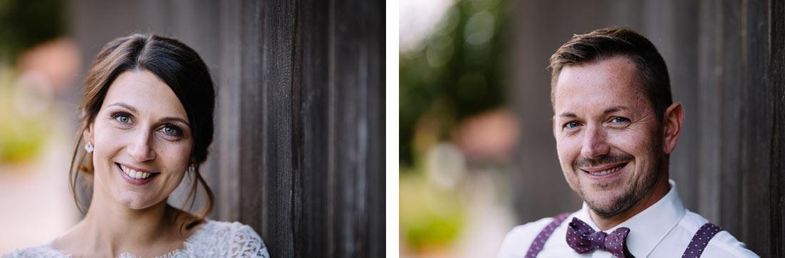 Portraits an einem Holztor